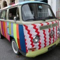 Strick-Graffiti an VW-Bus